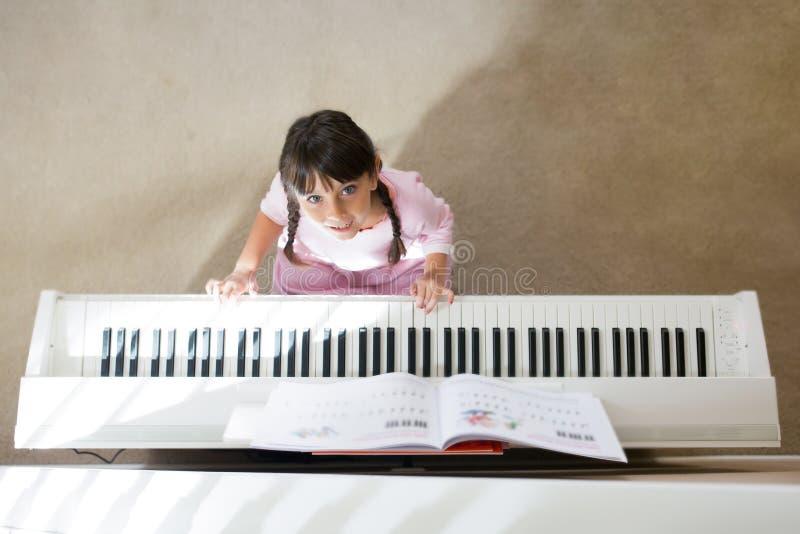 Het spelen van het meisje piano stock afbeeldingen