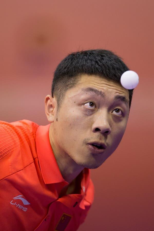 Het spelen van Xu Xin van China tijdens Pingpong Chapionship in Maleizen stock foto