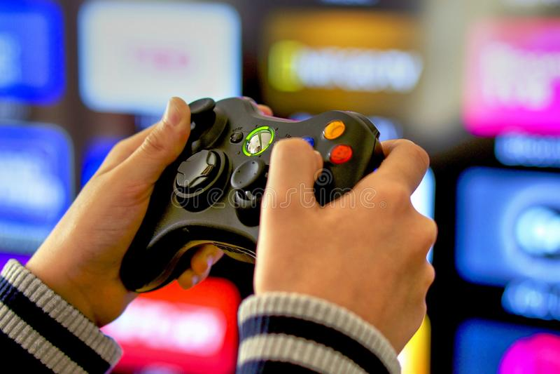 Het spelen videospelletjes op Xbox-console, TV-achtergrond stock foto