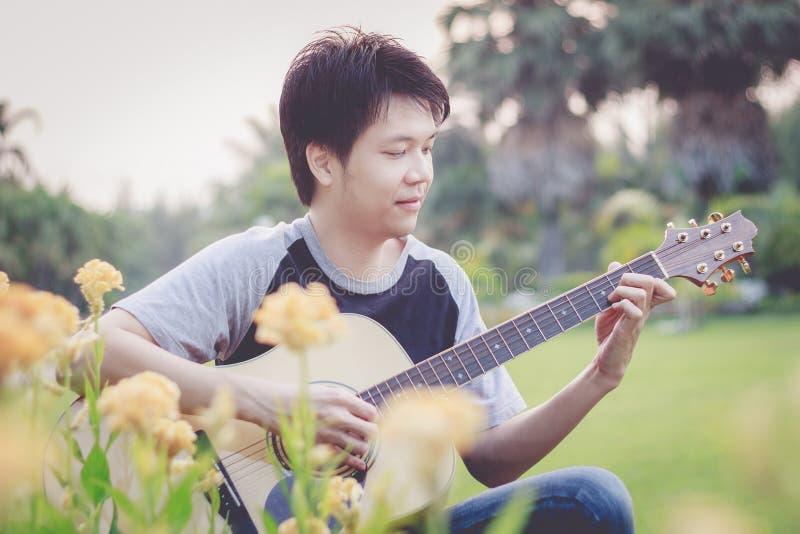 Het spelen, vinger-Plukkende gitaarstijl stock afbeelding
