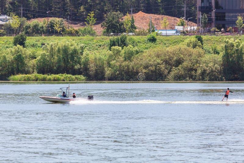 Het spelen water die of wakeboard ski?en stock foto's