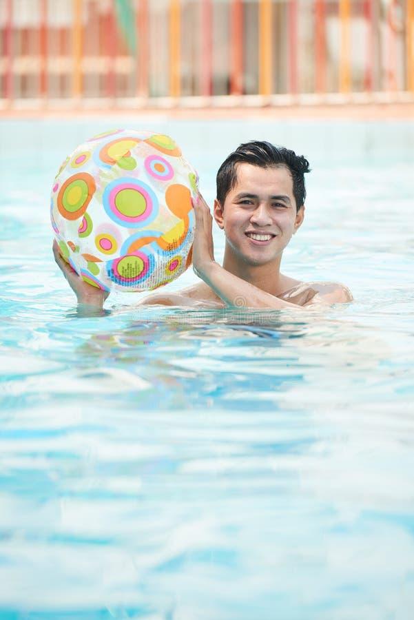 Het spelen in zwembad royalty-vrije stock foto's