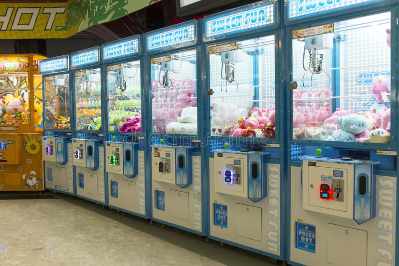 Het spelmachine van de arcade robotachtige klauw, het spelmachine van de klauwkraan stock afbeelding