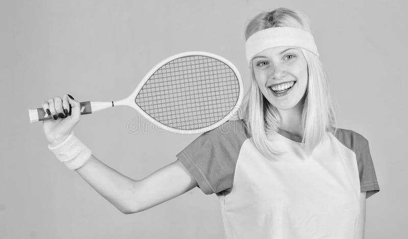 Het speltennis van het meisjes aanbiddelijk blonde Sport voor het handhaven van gezondheid Actieve vrije tijd en hobby Het tennis royalty-vrije stock afbeelding