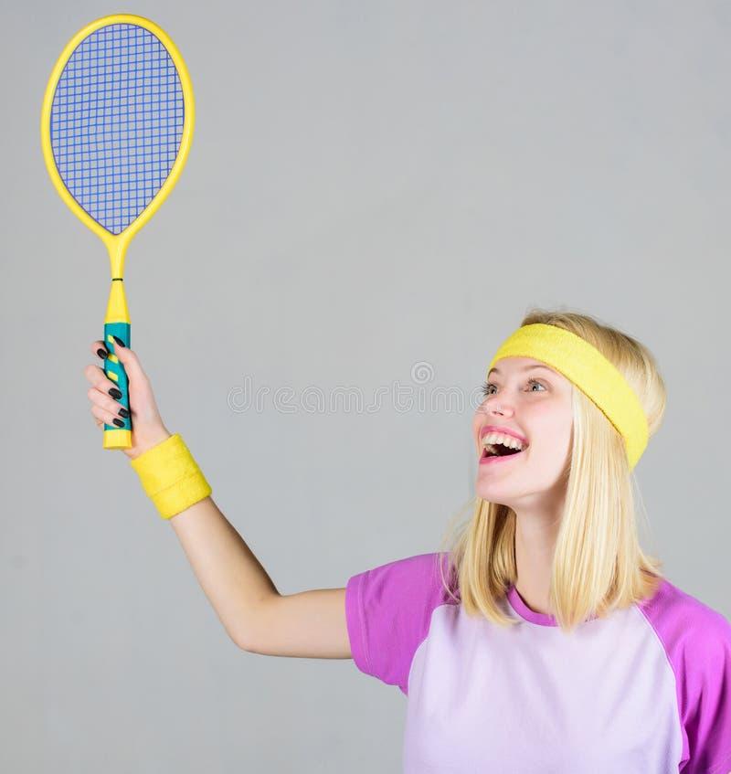 Het speltennis van het meisjes geschikt slank blonde Sport voor het handhaven van gezondheid Actieve levensstijl Het tennisracket royalty-vrije stock afbeeldingen