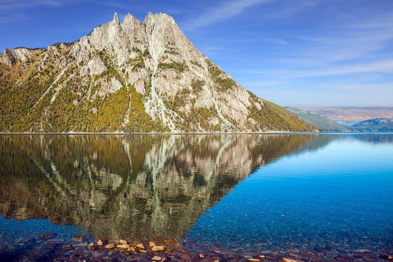 Het spiegelwater van het meer stock foto