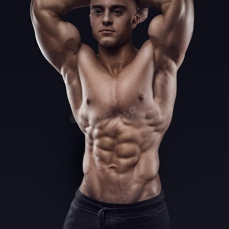 Het spier en geschikte jonge mannelijke model van de bodybuildergeschiktheid royalty-vrije stock fotografie