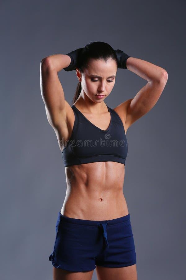 Download Het Spier Jonge Vrouw Stellen In Sportkleding Tegen Zwarte Achtergrond Stock Foto - Afbeelding bestaande uit perfect, pasvorm: 107703982