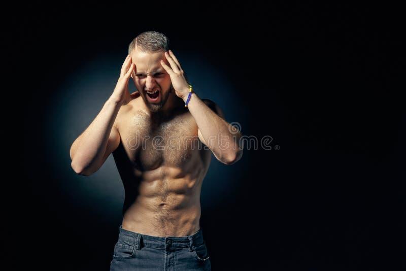 Het spier shirtless mens gillen stock afbeelding
