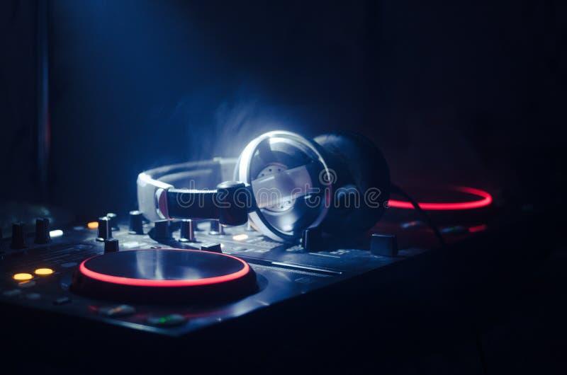 Het Spinnen van DJ, het Mengen zich, en het Krassen in een Nachtclub, Handen van DJ knijpen diverse spoorcontroles op het dek van royalty-vrije stock foto's