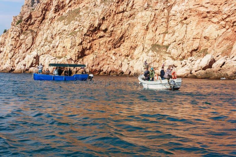 Het spinnen visserij in de Zwarte Zee dichtbij de majestueuze klip royalty-vrije stock afbeeldingen