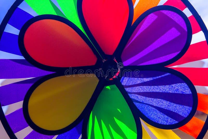 Het spinnende vuurrad van de regenboog lgbt trots Symbool van seksuele minderheden, homosexuelen en lesbiennes stock foto's