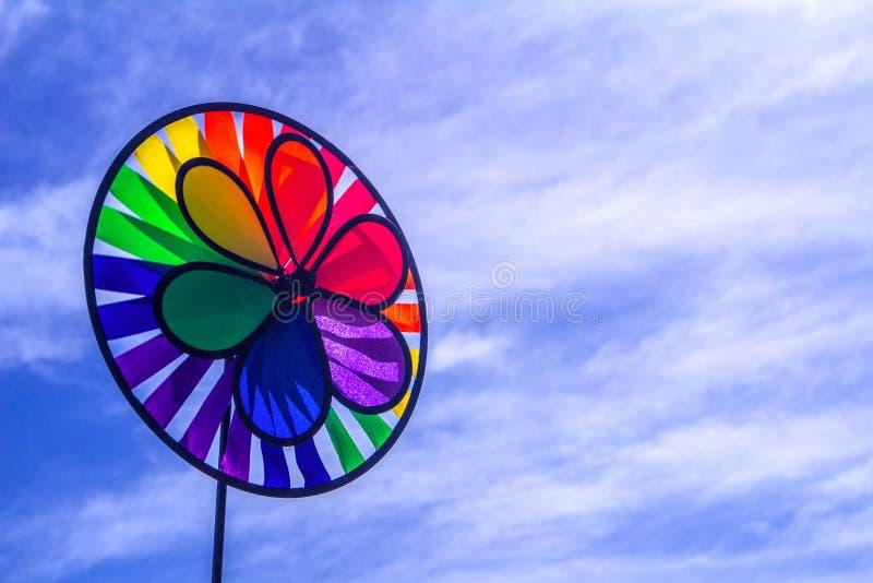 Het spinnende vuurrad van de regenboog lgbt trots Symbool van seksuele minderheden, homosexuelen en lesbiennes stock afbeeldingen