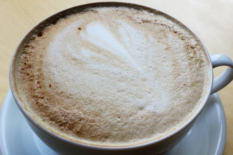 Het spiraalvormige die schuim van de koffie latte cappuccino op witte achtergrond, het knippen inbegrepen weg wordt geïsoleerd stock foto