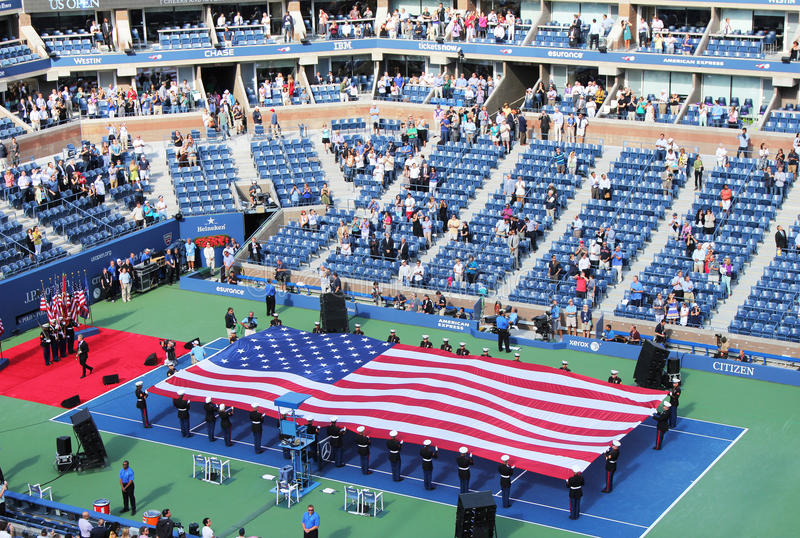 De openingsceremonie van Open de mensen definitieve gelijke van de V.S. op het National Tennis Centrum van Billie Jean King