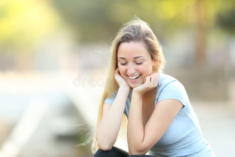 Het spontane tiener lachen die neer eruit zien royalty-vrije stock foto