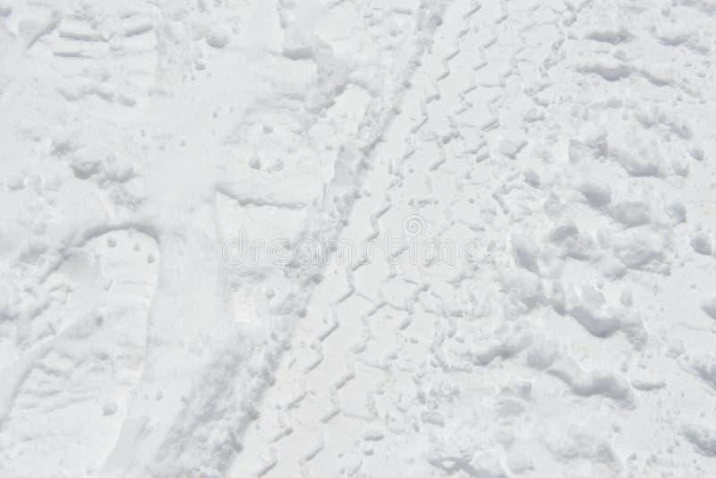 Het spoor van de autoband in sneeuw royalty-vrije stock foto's
