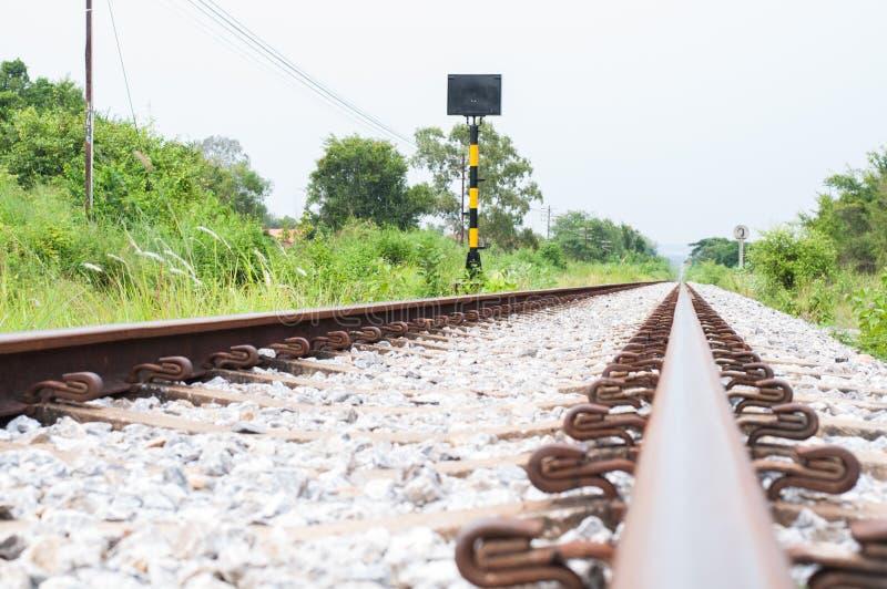 Het spoor van de spoorweg in de afstand stock afbeeldingen