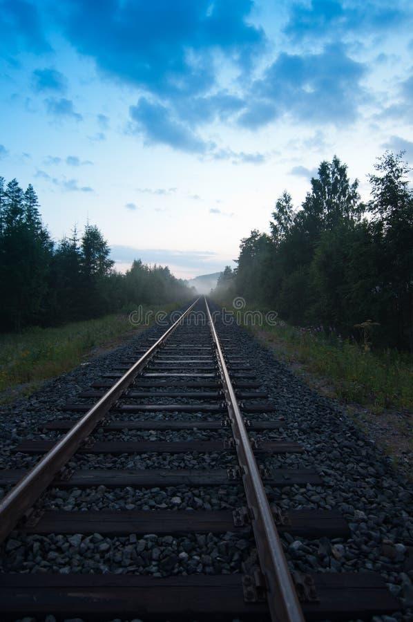 Het spoor van de spoorweg in de avond stock foto's