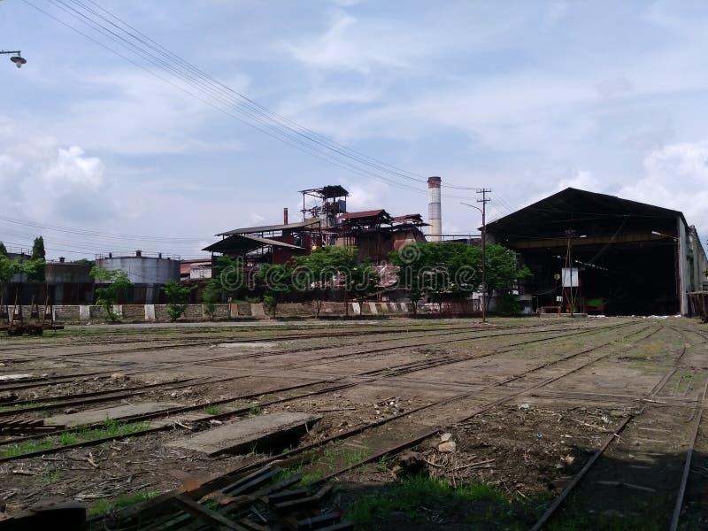 het spoorwegspoor in de suikerrietfabriek van sondokoro solo stock foto's