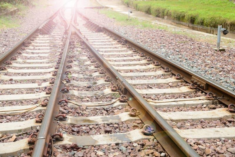 Het spoorwegspoor met zonlicht stock fotografie