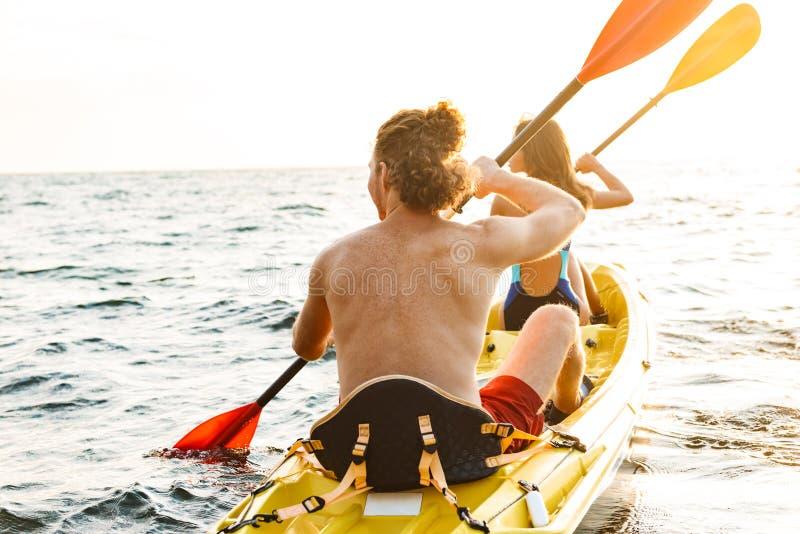 Het sportieve aantrekkelijke paar kayaking stock foto