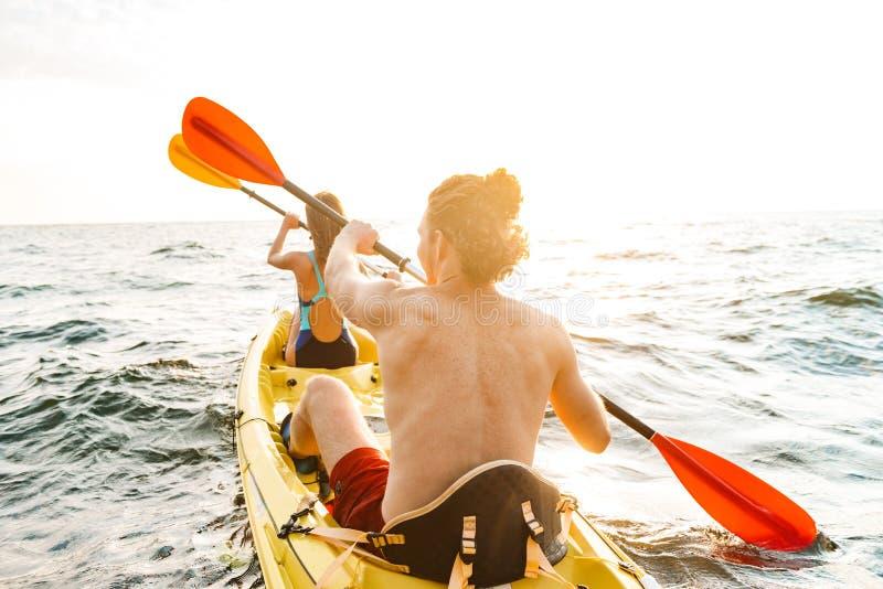Het sportieve aantrekkelijke paar kayaking royalty-vrije stock foto's