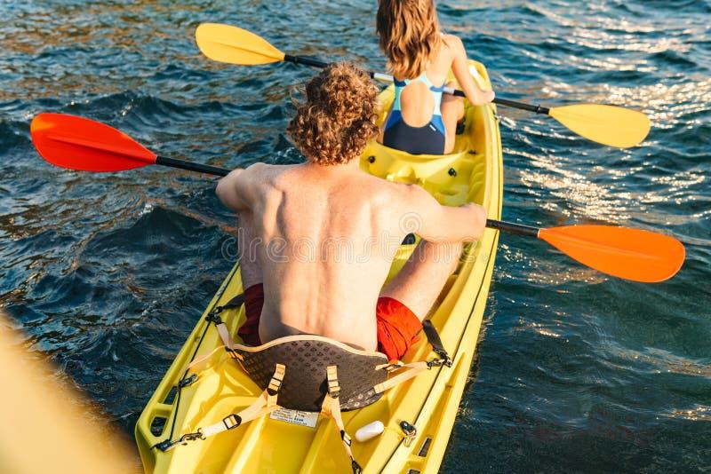 Het sportieve aantrekkelijke paar kayaking royalty-vrije stock fotografie