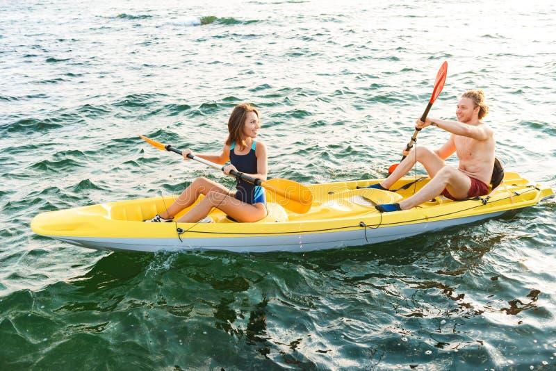 Het sportieve aantrekkelijke paar kayaking royalty-vrije stock afbeeldingen