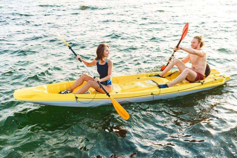 Het sportieve aantrekkelijke paar kayaking stock afbeelding