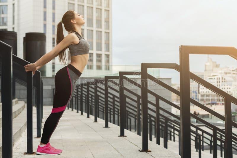 Het sportieve meisje die geschiktheid doen oefent in openlucht uit royalty-vrije stock afbeeldingen
