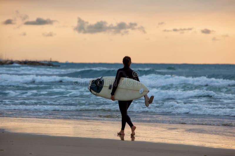 Het sportieve meisje gaat naar het surfen royalty-vrije stock foto's