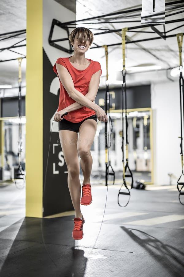 Het sportieve meisje oefent in gymnastiek uit royalty-vrije stock foto