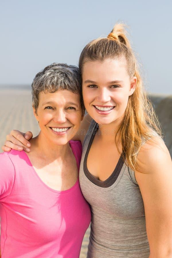Het sportieve moeder en dochter glimlachen royalty-vrije stock foto's