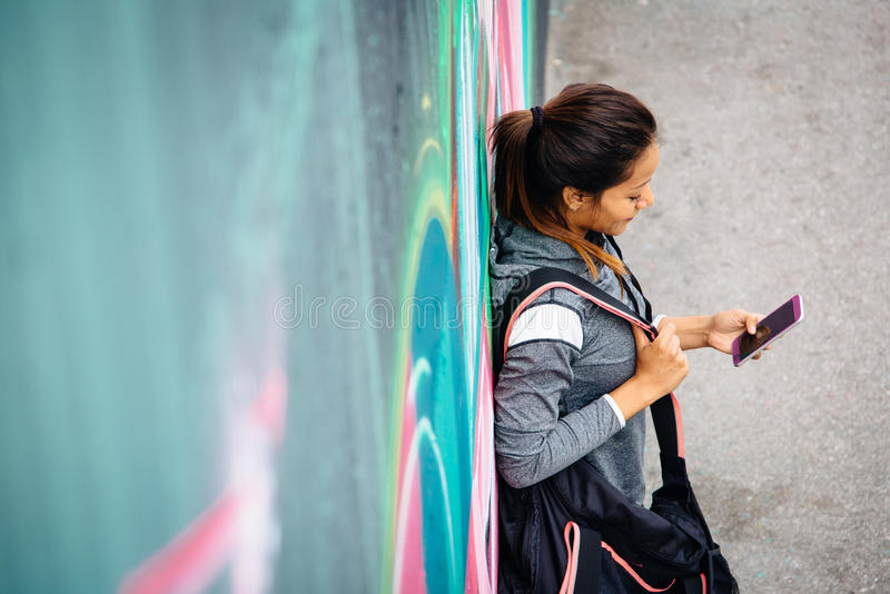 Het sportieve vrouw texting op smartphone royalty-vrije stock fotografie