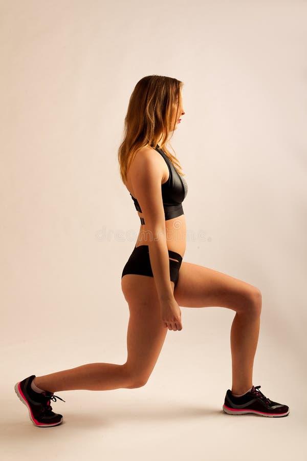 Het sportmeisje die fitness training uitoefenen valt het buigen uit stock afbeelding