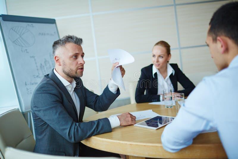 Het spreken aan werknemer royalty-vrije stock afbeeldingen