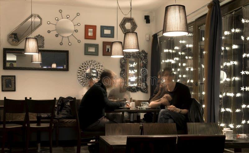 Het spreken in de Winkel van de Koffie stock foto