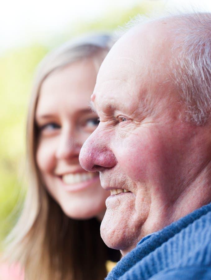 Het spreken met grootvader royalty-vrije stock fotografie