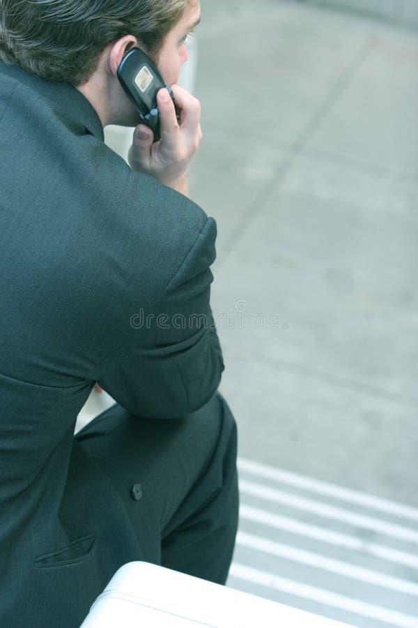 Het spreken op de telefoon stock afbeelding