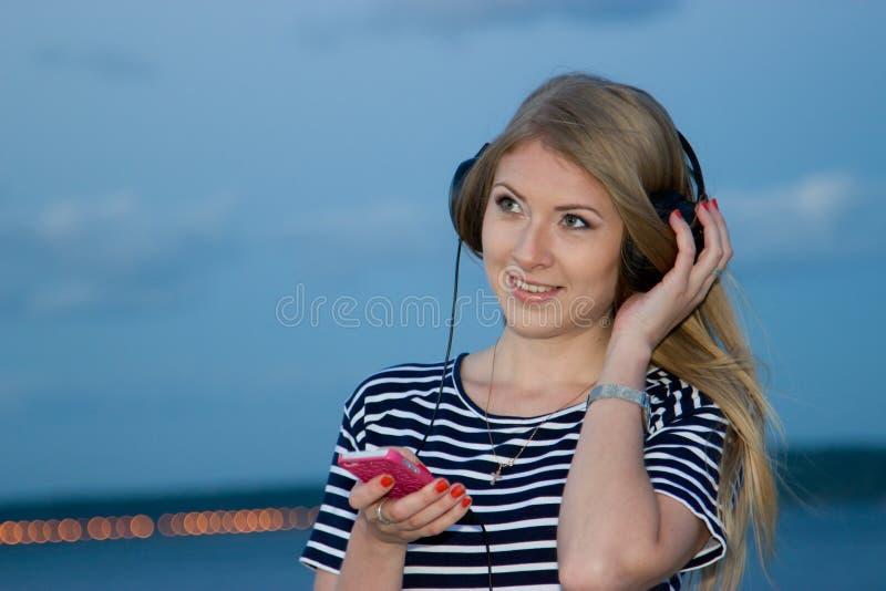 Het spreken op de telefoon op de achtergrond van de rivier bij nacht royalty-vrije stock afbeeldingen