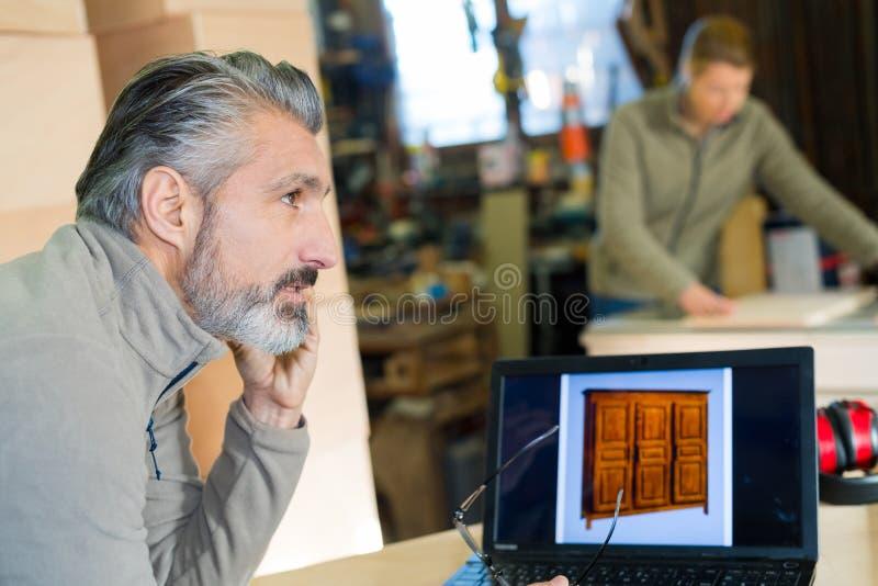 Het spreken op mobiele telefoon in workshop royalty-vrije stock foto's