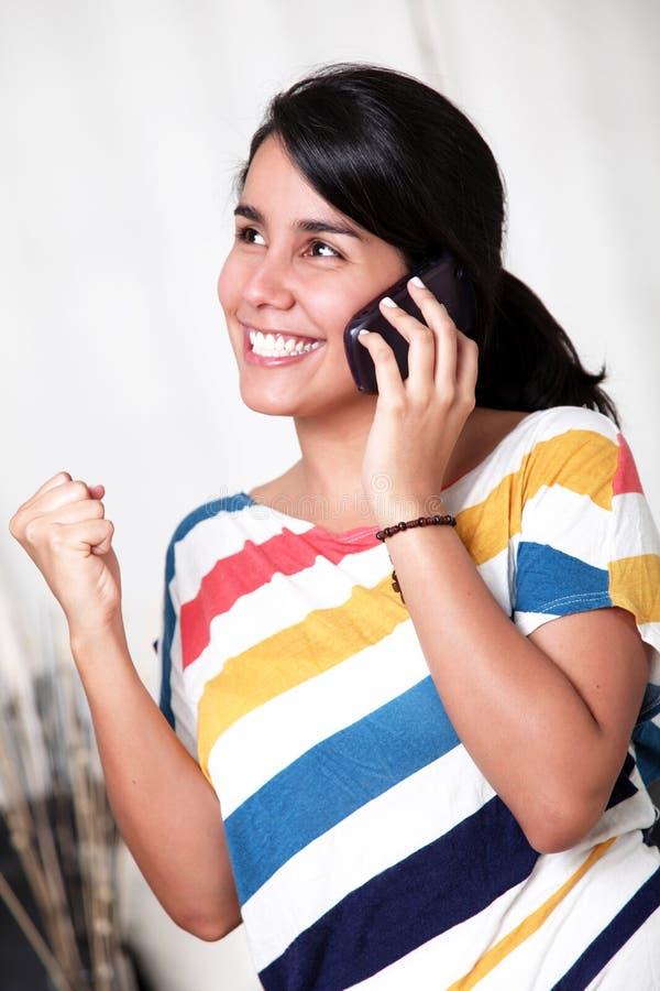 Het spreken op telefoon stock foto