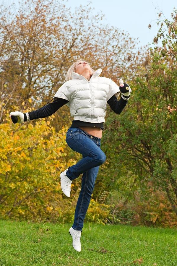 Het springen aan de herfst royalty-vrije stock foto