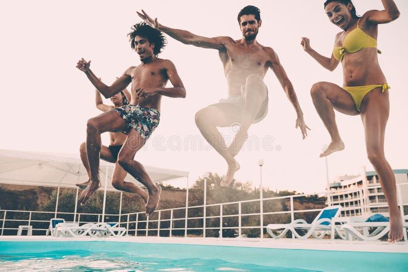 Het springen aan de pool stock fotografie