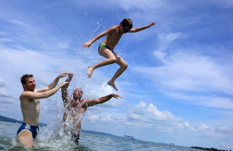 Het springen bij het strand royalty-vrije stock fotografie