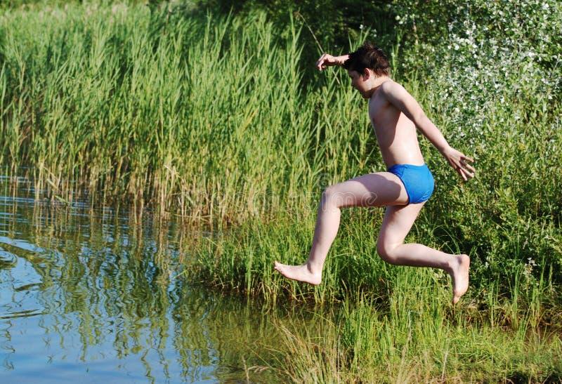 Het springen in het Water royalty-vrije stock afbeelding