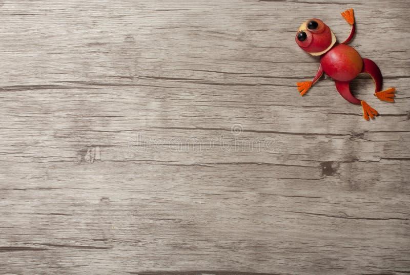 Het springen kikker van appel wordt gemaakt die stock fotografie
