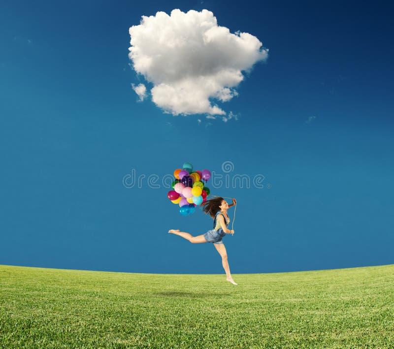 Het springen met ballons stock foto
