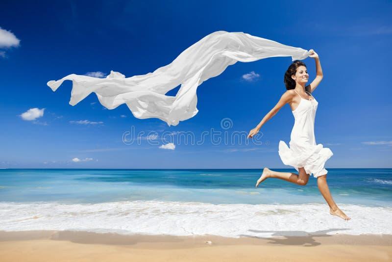 Het springen met een wit weefsel stock fotografie